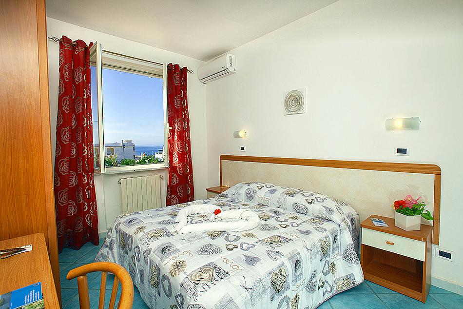 Camera con finestra vista mare